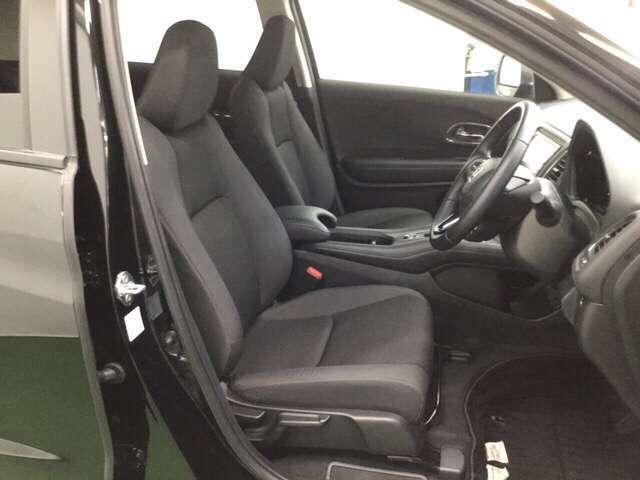前席はクーペのようなパーソナル感。      ※エアコンや送風に連動して空気清浄や脱臭などに効果を発揮するプラズマクラスター技術搭載フルオートエアコン装備
