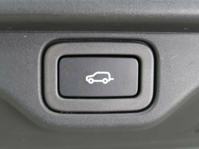 ?ハンズフリーパワーテールゲート『車に触れたりスマートキーのボタンに触れなくても車外からでもテールゲートを開けることができます』車両後部のセンサーがオーナー様のジェスチャーを感知します。