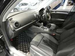 ブラックを基調とした車内にブラッシュドアルミニウムインテリアトリムを組み合わせたシンプル且つ上質な雰囲気を演出したインテリアです!TEL:045-844-3737