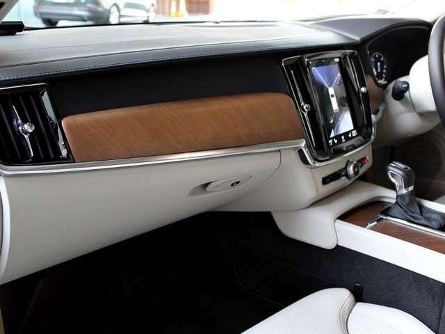 スカンジナビアデザインの内装 運転席 助手席 シートヒーター ベンチレーター マッサージ機能付き