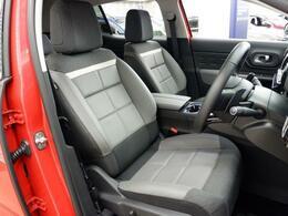 快適さとホールド性を高いレベルで両立させたフロントシート。