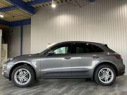 ディーラー車・右ハンドル・純正HDDナビ・CD・USB・AUX・サイド&バックモニター・レーダーブレーキサポート・レーンキープ・クルコン・HIDオートライト付です。