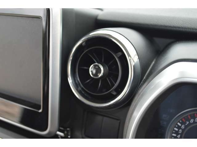 前席中央のエアコン吹き出し口には、つまみを回すだけで風を拡散させたり風量を調整できるエアコンルーバーを採用しカンタン操作で、顔や体に直接風があたるのを防ぎ、不快感や目の乾きを抑えます。