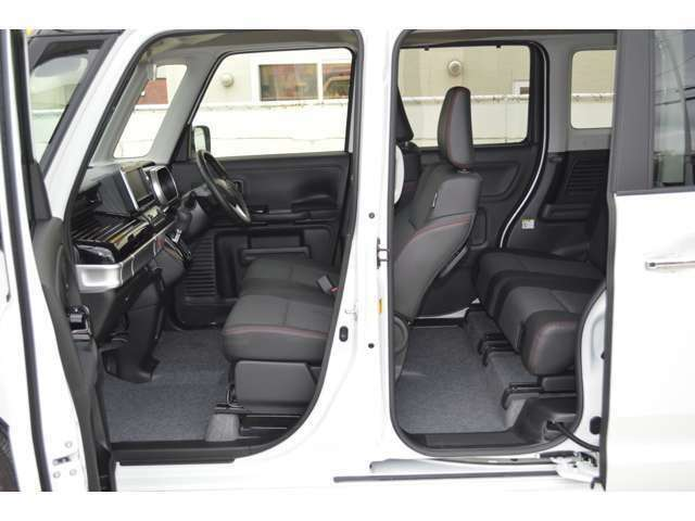 幅をたっぷりと確保したフロントシートに、大きな背もたれでゆったりとできるリアシート、まるで車内に大きなソファ2列あるような空間で、いそがしい毎日にくつろぎの時間が生まれます。