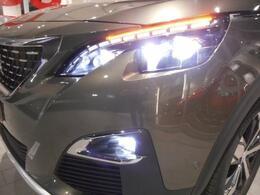 フルLEDヘッドライト、LEDフォグランプを標準装備。