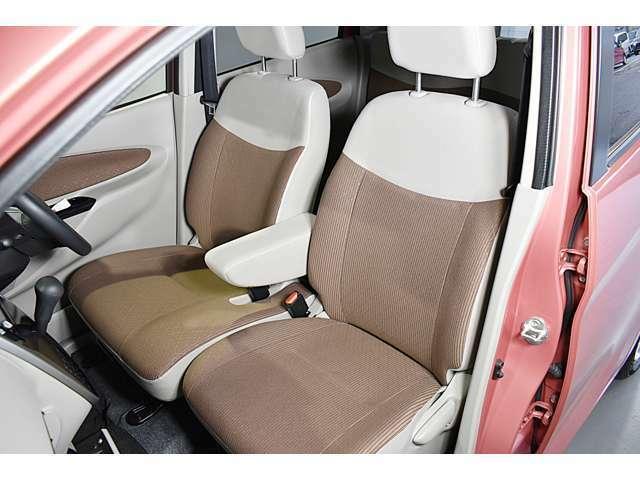 大きなベンチシートで足元もヒロビロ■大型シートで座り心地は快適♪中央にはアームレストが付いてゆったりドライブ♪ シートヒーター(運転席)装備(*^-^*)