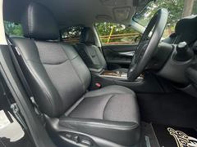 黒ハーフレザーシートになります!やはり黒革シートは、高級感が違います!ホールド感も良く、ロングドライブも疲れを感じさせにくいです!運転席・助手席共に、パワーシート完備で、シートの操作も楽々行えます☆!