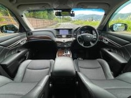 黒ハーフレザーシートやウッドパネルで高級感漂う車内空間!HDDナビやフルセグTV・アラビュー・B/S/Fカメラ・ETC・ドラレコなど、豪華装備満載です!外装も黒!内装も黒のダブルブラックは、人気です!
