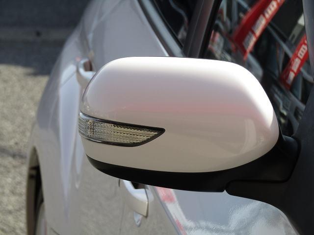 【ウィンカードアミラー】ななめ後方のオートバイなどからの自車の右左折を認知しやすくする.。第三者が視認しやすい特徴があり、デザイン性も向上!