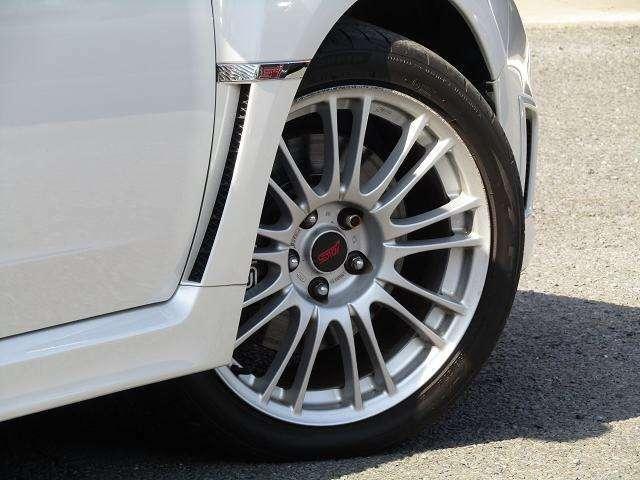 STI製18インチアルミホイール!タイヤの山は5分山程残っております!当店では格安でタイヤ交換も承ります。お気軽にご相談ください。