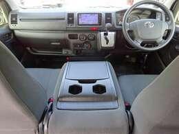 Wエアバッグ/ABS/キーレス/イモビライザー/排ガス浄化装置スイッチ/純正ETC車載器(ビルトインタイプ)/フロントエアコン/リヤクーラー/リヤヒーター/純正フロアマットが装備されています。
