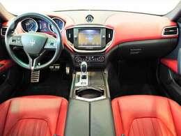 インテリアは12方向電動調整式フロントシート、カーボンインテリアトリム、シートヒーター/シートベンチレーションが装備され、スポーティーな走りの楽しみと快適性を両立。
