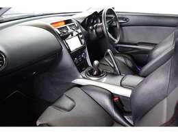 内装はブラックを基調としたスポーティーなインテリア。スポーツカーは狭くて窮屈だという印象を覆してくれるような広々設計★