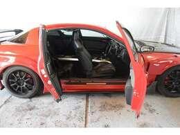 RX-8魅力の一つにもなる『フリースタイルドアシステム』フロント・リアドアが観音開きになるセンターピラーレス構造!スポーツカーの乗り降りのしにくさを解消した画期的なシステム★