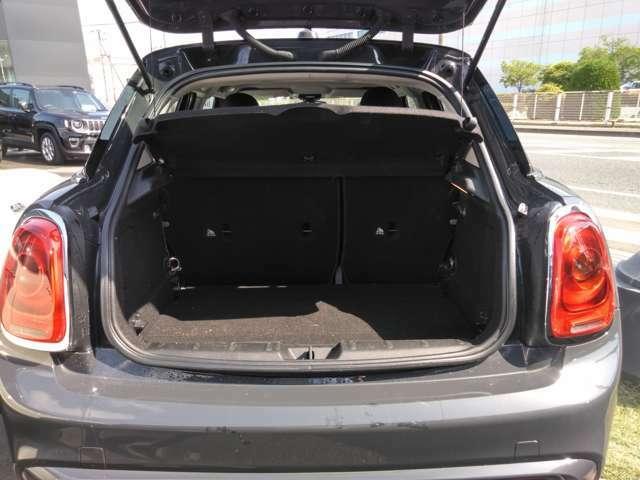 3ドアは211Lの容量が収納でき、後方座席を倒しフラットにして収納することも可能です。
