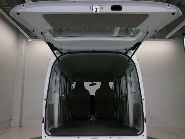 厚手のルーフライニングは、風切り音を低減し車内の温度を一定に保ちます。
