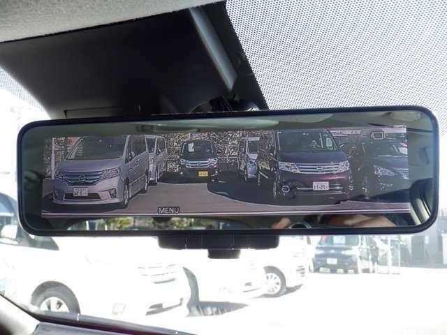 日産のスマート・ルームミラーは内蔵モニターで後方の状況をクリアな画像で確認でき、通常のルームミラーに切り替えて後席の様子を確認することもできます。