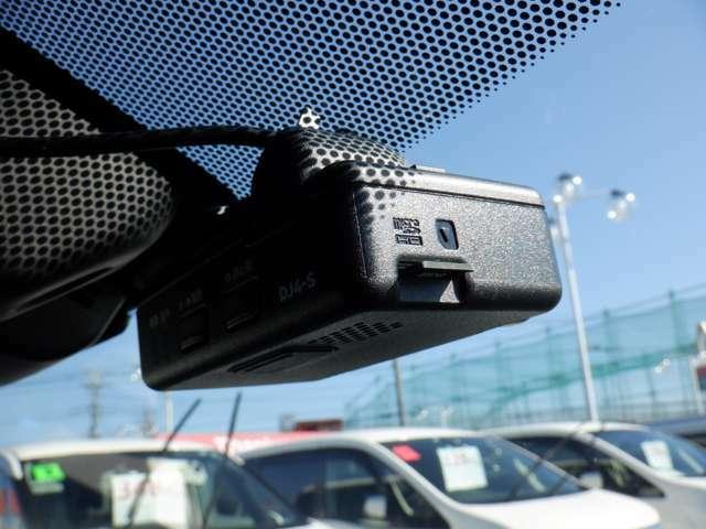 ドライブレコーダーなら、事故の走行記録だけでなく、ドライブの思い出を記録したりとカーライブを豊かにします。