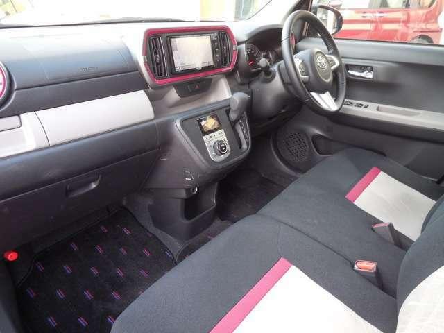 ベンチシートです!運転席・助手席の行き来もしやすく、駐車時に役立ちます!また、開放感もいいですね。一度体感されるとクセになりますよ!
