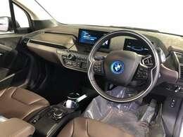 i3は95%再利用可能なパーツで作られたサステイナブルモビリティです。アルミフレーム、カーボンモノコックで構成された新時代の電気自動車です。急速充電にも対応。