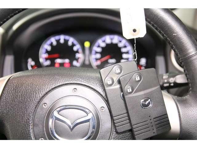 【スマートキー&スタートシステム】携帯したスマートキーを取り出すことなく、フロント・バックドアの施錠・解錠が可能で、鍵を刺さずにエンジンがかかります。