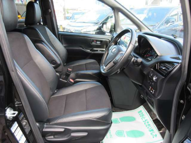 専用インテリア&専用ハーフレザーシート付き♪ 質感の良いシートで長距離ドライブでも安心です♪ シートリフター付きで目線の高さも調整可能可能になります♪