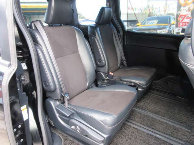大人気の7人乗りモデル♪ セカンドシートは人気のキャプテンシートになります♪ 左右独立式のキャプテンシートになります♪ 専用ハーフレザーシートでワンランク上の車内空間を演出してくれます♪