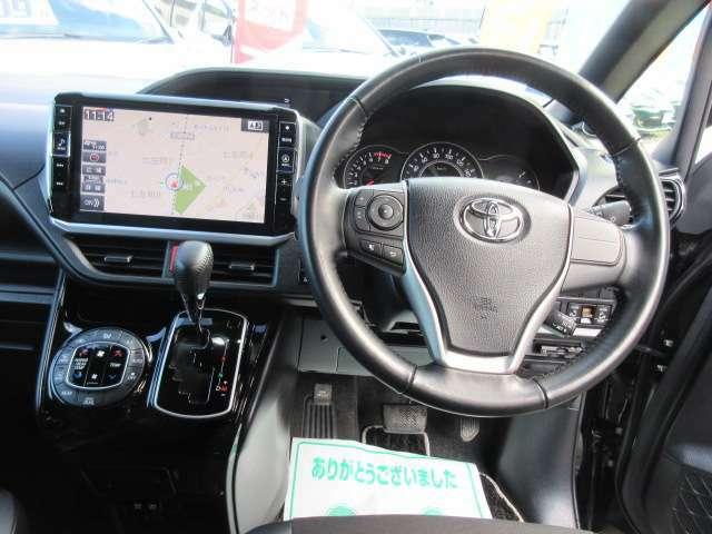 ステアリング回りもとても綺麗なコンディション♪ 専用革巻きステアリング付きでグリップ感もよく、ドライブをサポートしてくれます♪