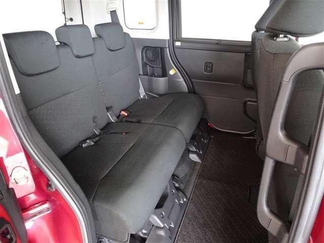 セカンドシートは足元広々です。念入りに清掃・消臭を実施しております。