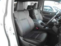 ★フロントシートです。運転席には8ウェイパワーシートが装備されておりますので、細かな位置合わせが可能です。車内にタバコ臭のような嫌な臭い等が無く綺麗状態です。