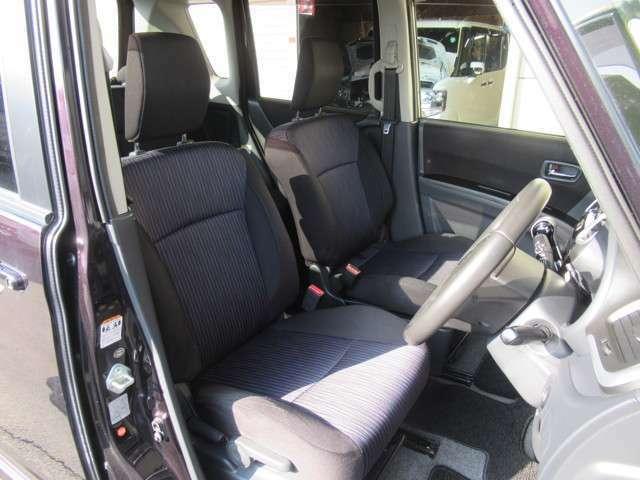 シート色は黒系を基調としていながら明るい雰囲気の車内ですね◇