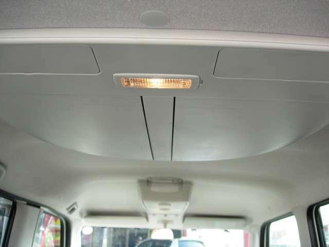 天井は格ボックスが前後付いてます!