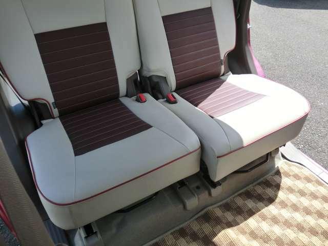 後席シートバックは左右分割でリクライニングや前倒しができます。いろんな使い方が出来る機能です。