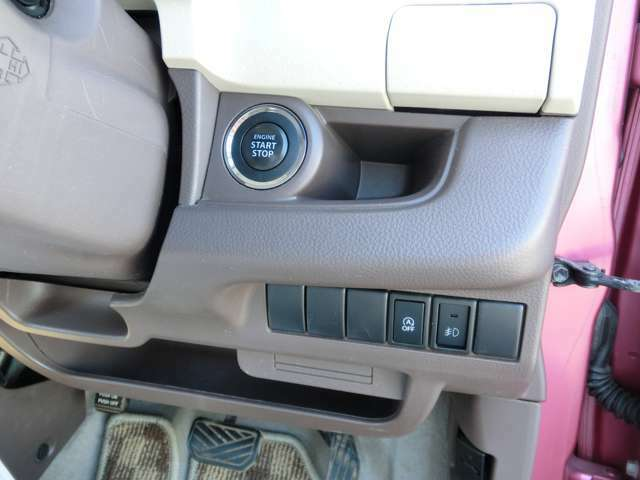 エンジン始動はリモコンキー携帯、ブレーキを踏んで、スタートボタンをプッシュするだけ。面倒なキーの抜き差しは必要ありません。
