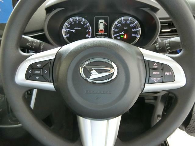オーディオ操作用ステアリングスイッチ。運転姿勢を変えずに音量調節やラジオ、CDへのモード変更等が可能です。