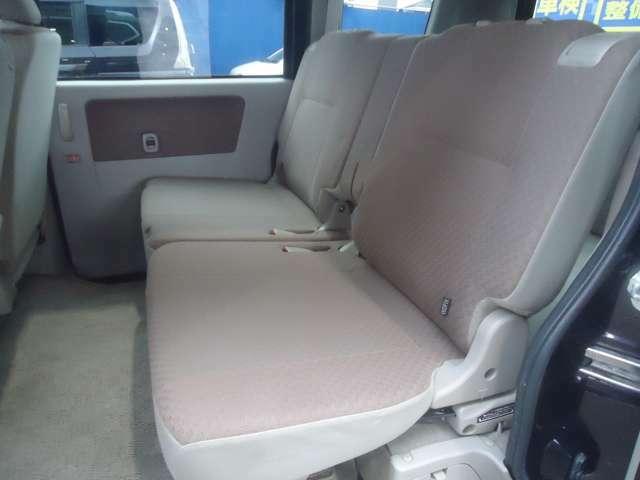 セカンドシートも広々。足下も広くてゆったり座れますね。