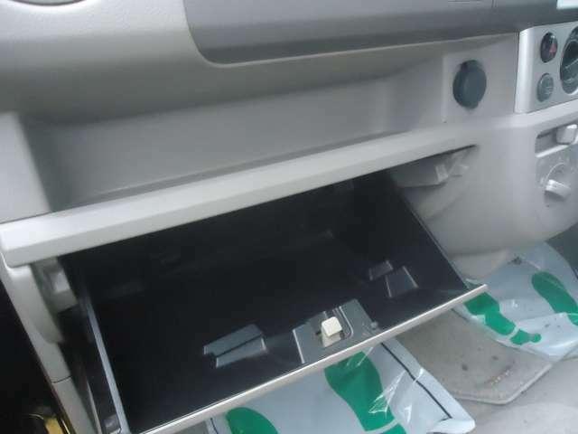 助手席側にはお荷物収納スペースがあります。