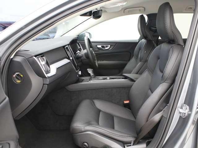 上質な本革で包まれたコンフォートシートを贅沢に使用、運転席及び助手席はシートヒーターも搭載します。