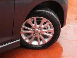 タイヤサイズは155/65R14です。日産純正アルミホイール装着です。