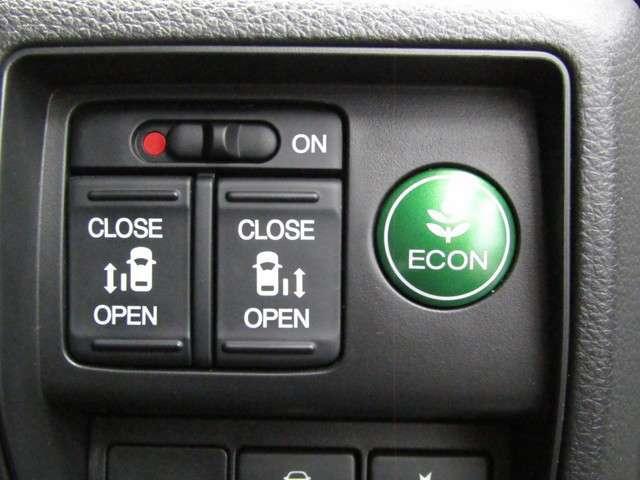 乗り降りラクラクな両側パワースライドドアが装備されてます。運転席からもリモコン操作可能です。外からはリモコンキーで開閉する事が出来ます。お子様を抱えて荷物を持っているときなどは便利です。
