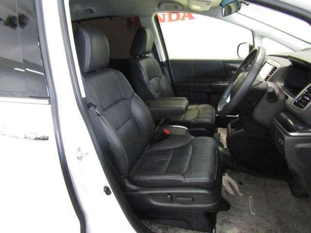 後方から低速で追突された際に、首への負担を軽減するシートを運転席/助手席に採用しています。また、運転席には、シートの高さ(前・後部)、前後スライド、リクライニングを調整できる8ウェイパワーシートを装備。