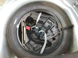 最近では珍しいスペアタイヤ装備しています!!スペアタイヤは緊急時にパンク修理キットと比べてとても役立ちます!!
