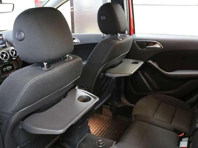 嬉しいシートバックテーブルを備えており、ゆったりとくつろげる後席スペースとなっております!