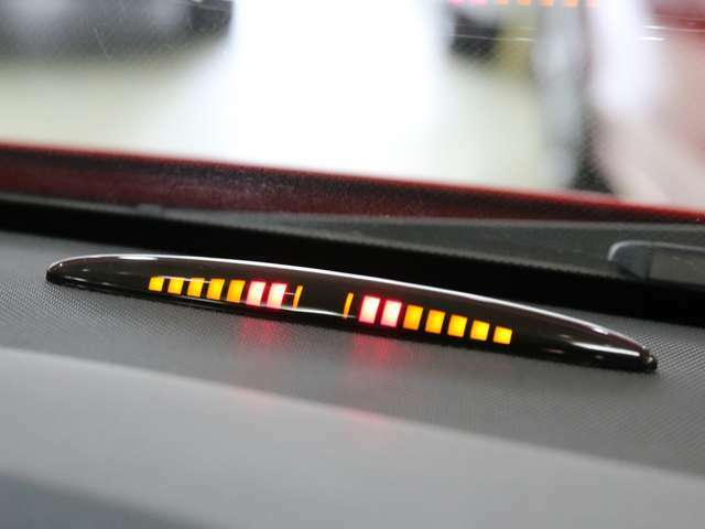 車体が障害物に近づくと、音と光で警告する便利なパークトロニックセンサーをフロント・リアバンパーに内蔵しております!
