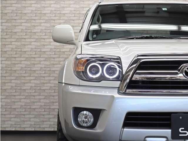 インナーブラックの4連イカリングヘッドライトも新品をインストール致しました。純正ヘッドライトもご納車の際にお渡ししておりますので、ご不要の場合はスタッフまでお申しつけ下さい。