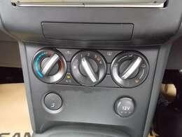 大きなダイヤルで操作しやすいマニュアルエアコン装備です!室内環境を快適に設定できます!