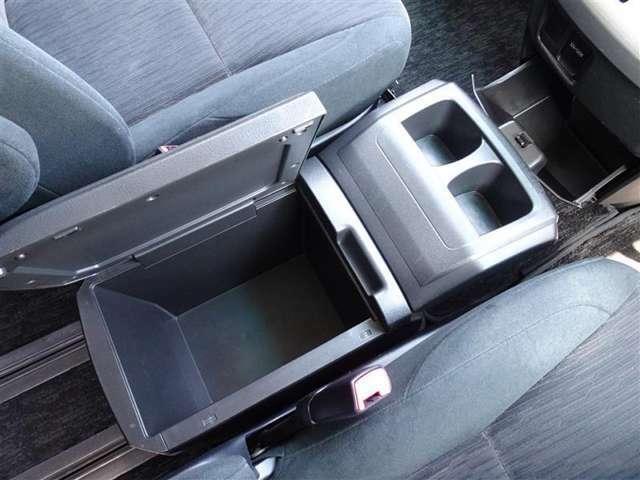 運転席と助手席の間に、便利なコンソールボックスを装備してます。