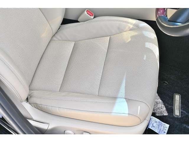 運転席シートは乗降りで一番イタミやすい部分ですが、ご覧の通り、こちらの車両は非常に状態は良好です!