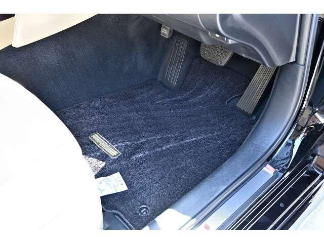 フロアマットも全席分、しっかりご確認頂けるように撮影をしてあります。中古車でこの辺の汚れが気になる方にもご納得いただけるようにしてあります。
