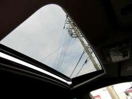 車内の換気にも便利なサンルーフ付き!